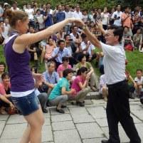 'Bevrijdingsdag' Noord Korea, Dancing in the park.